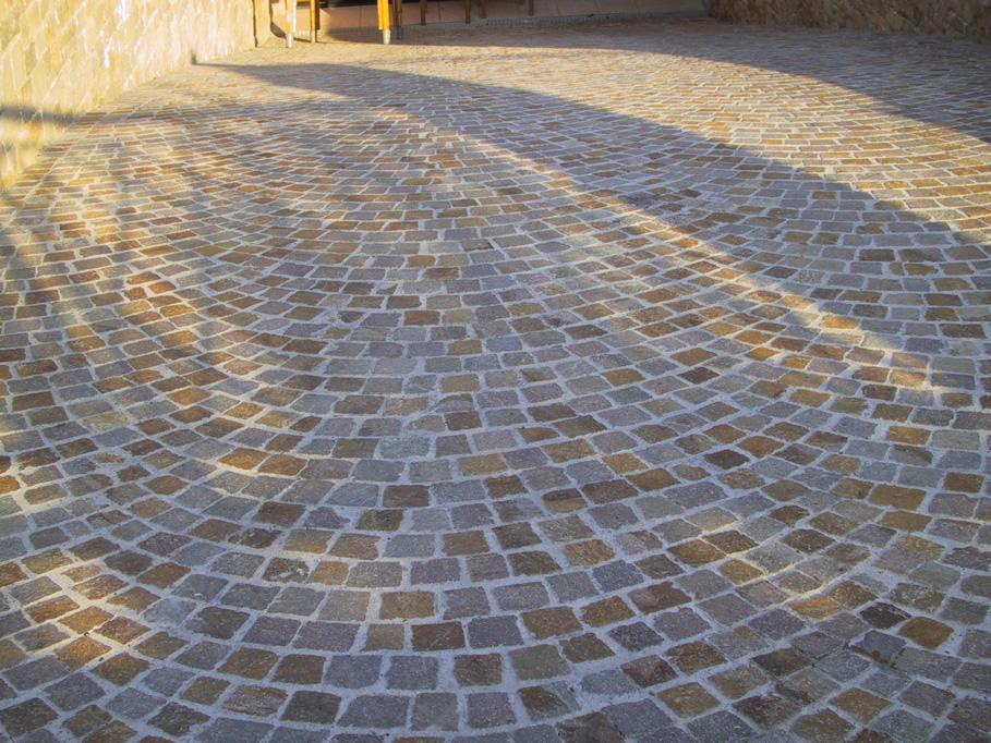 Pavimenti in porfido pavimento in porfido trentino con piastrelle a spacco da cm with pavimenti - Decori per pavimenti ...