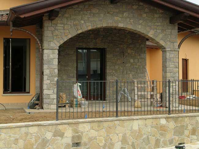 Rivestimento villa in pietra di credaro a capriate san - Archi in pietra interno casa ...