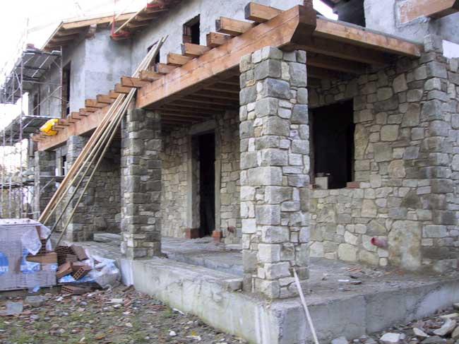 Rivestimento villa a borgotaro in pietra di credaro cava for Camini rivestiti in pietra immagini