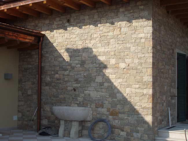 Rivestimento villa a timoline di cortefranca in pietra di for Pietra di credaro rivestimenti